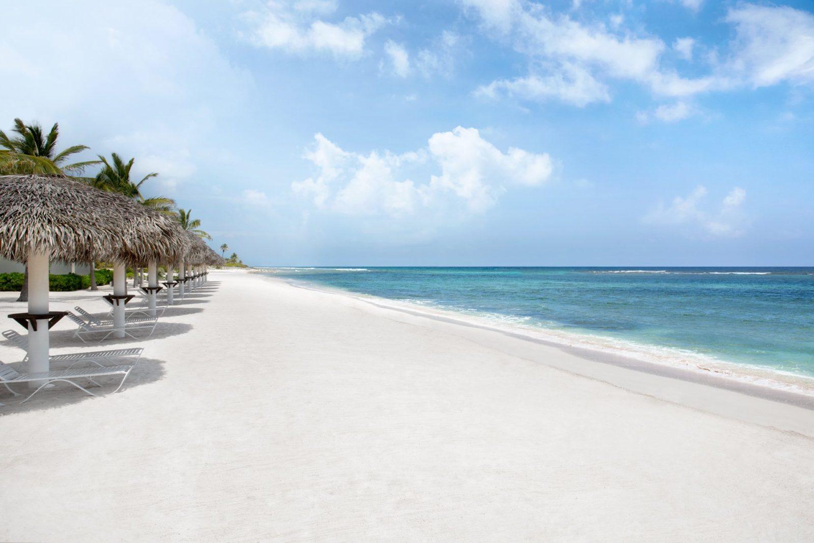 пляжСевен-Майл-Бич на Каймановых островах