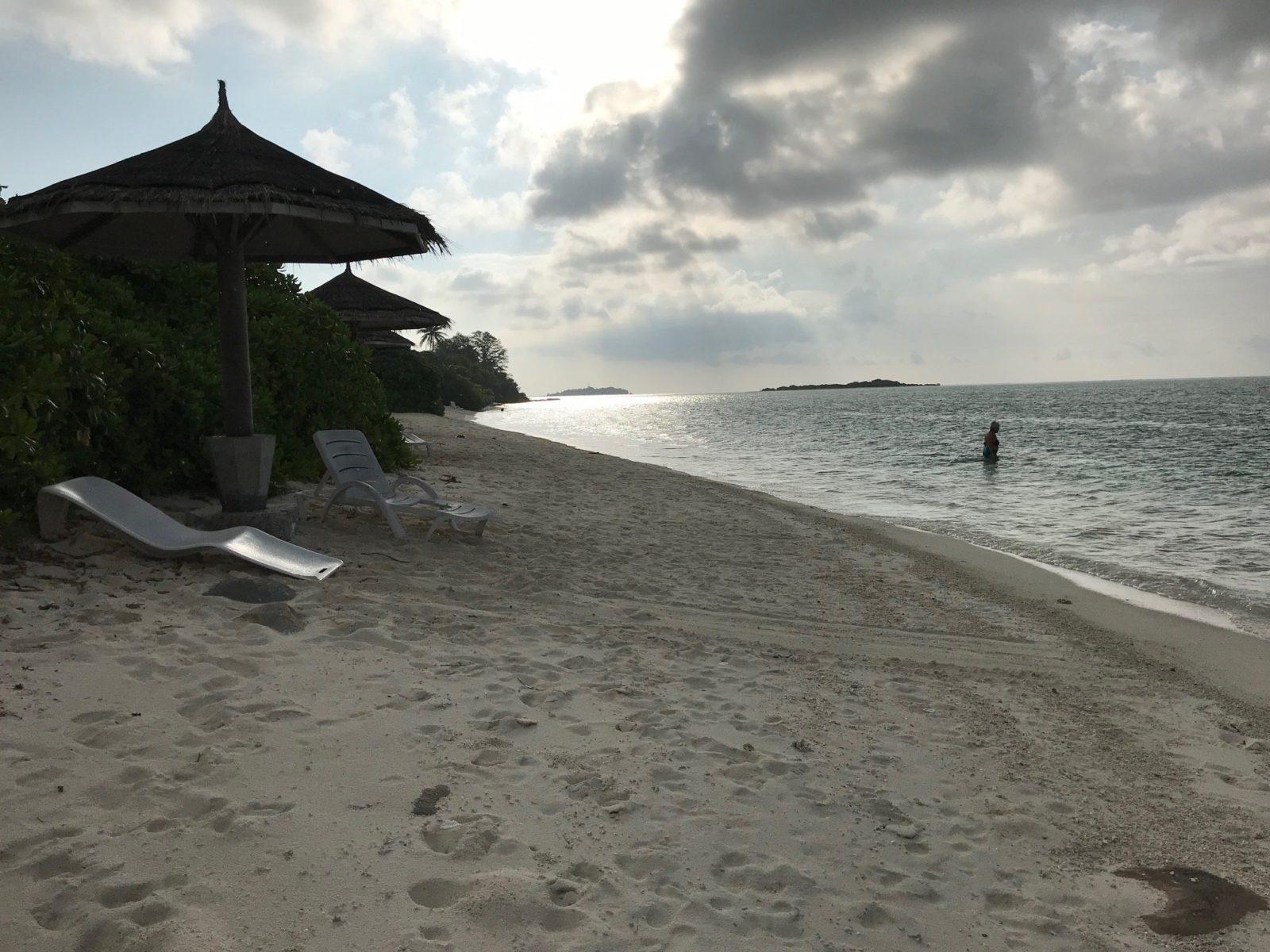 пляж возле кораллового рифа с рыбками на острове Мативери, Мальдивы