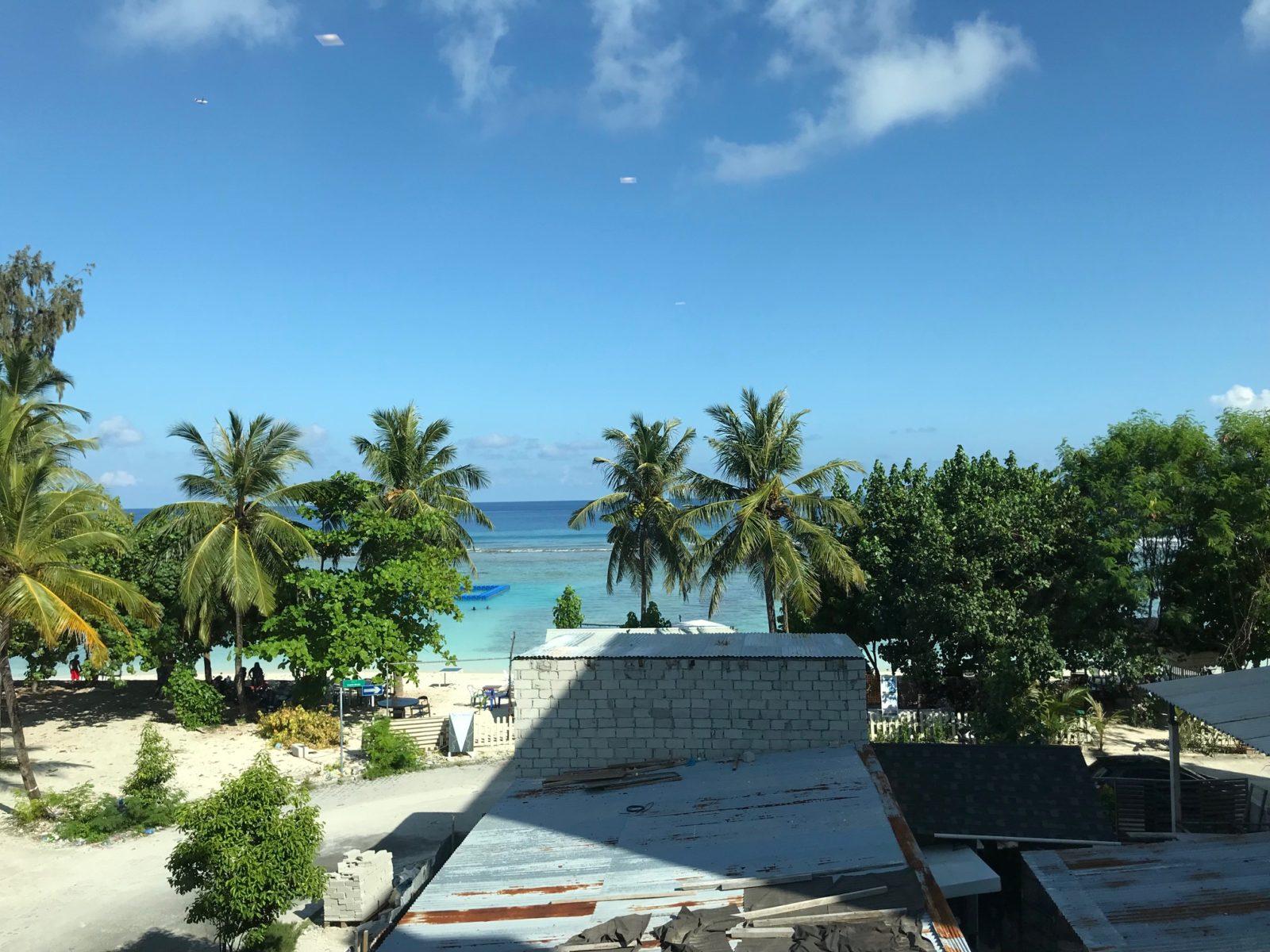 вид из окна отеля Express Inn Hulhumale на Мальдивах