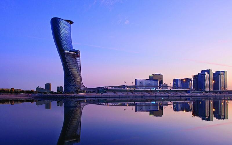 "Падающая башня ""Gapital Gate"" (Ворота столицы) в Абу-Даби"