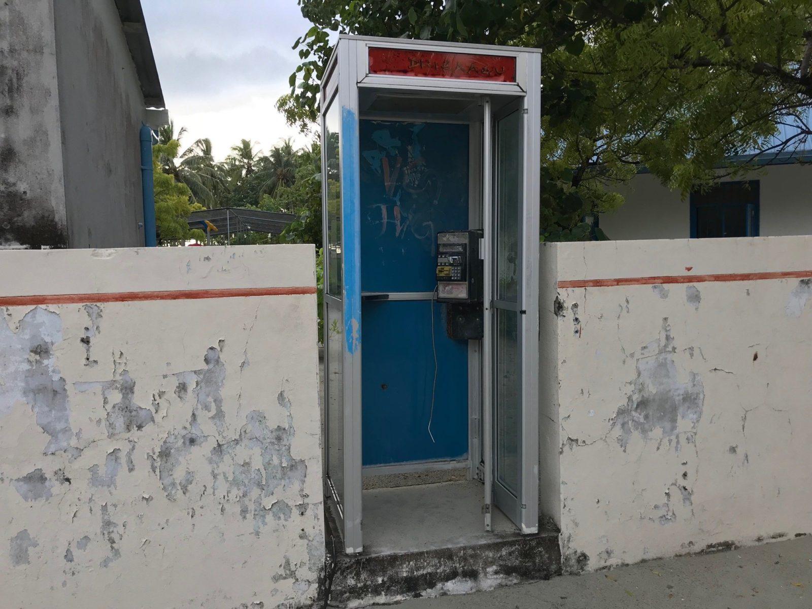 старая телефонная будка на острове Мативери, Мальдивы