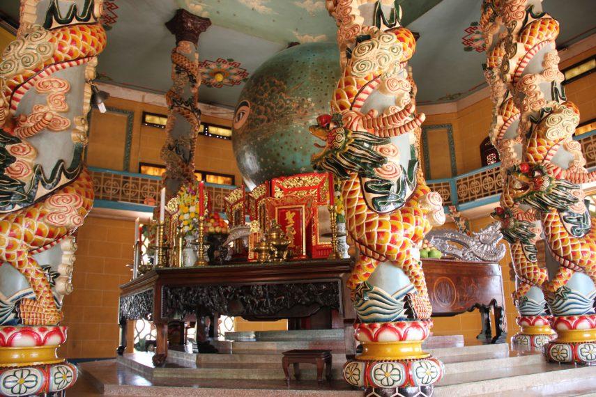 внутри храма Каодай на вьетнамском острове Фукуок