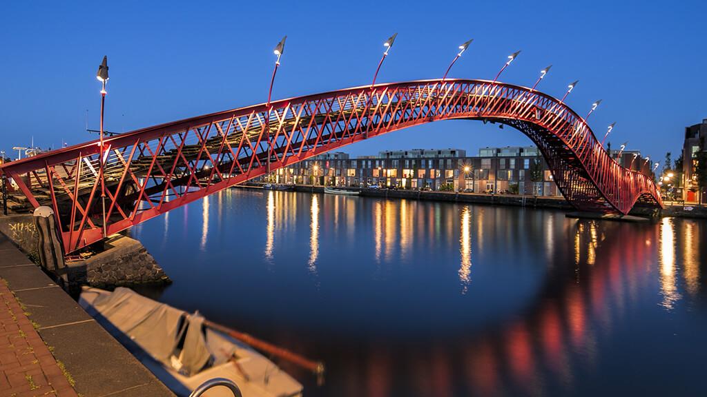"""Мост """"Питон"""" в Амстердаме"""