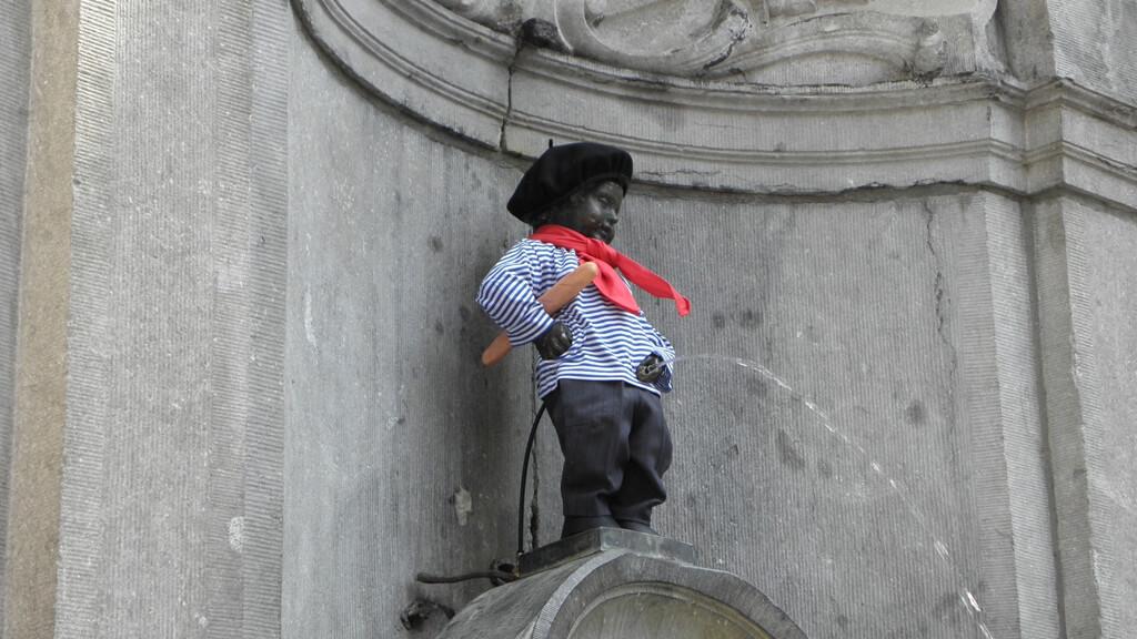 Статуя писающего мальчика в Брюсселе