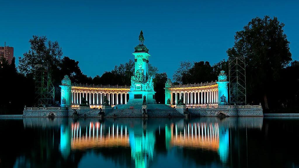 Городской парк Буэн-Ретиро в Мадриде