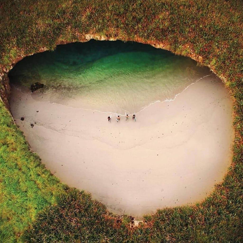 Скрытый пляж на острове Мариетас