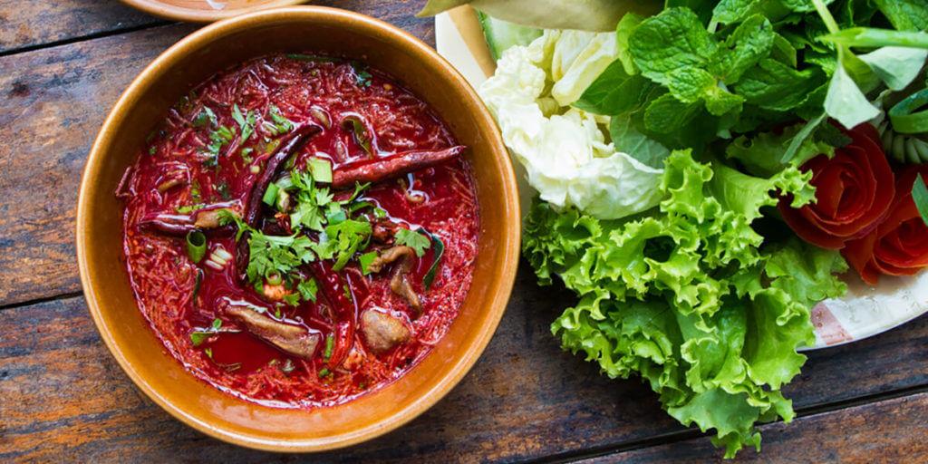 Блюда из сырой свиной крови в Таиланде