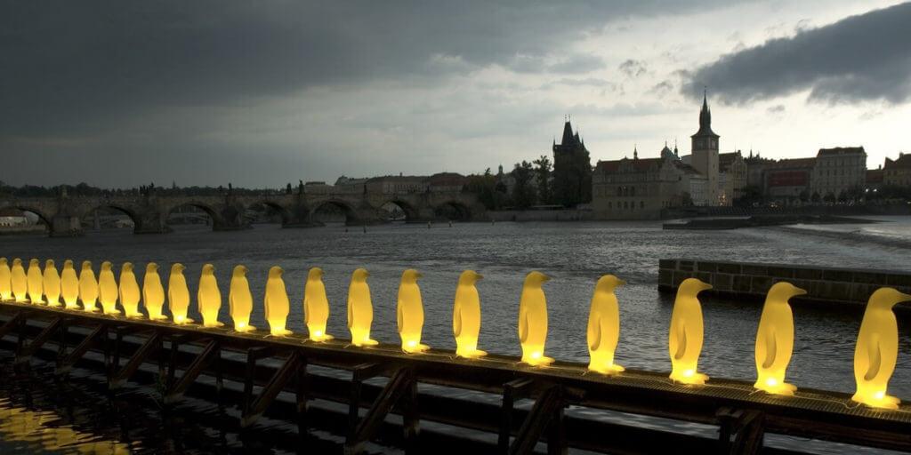 Желтые пингвины в Праге ночью